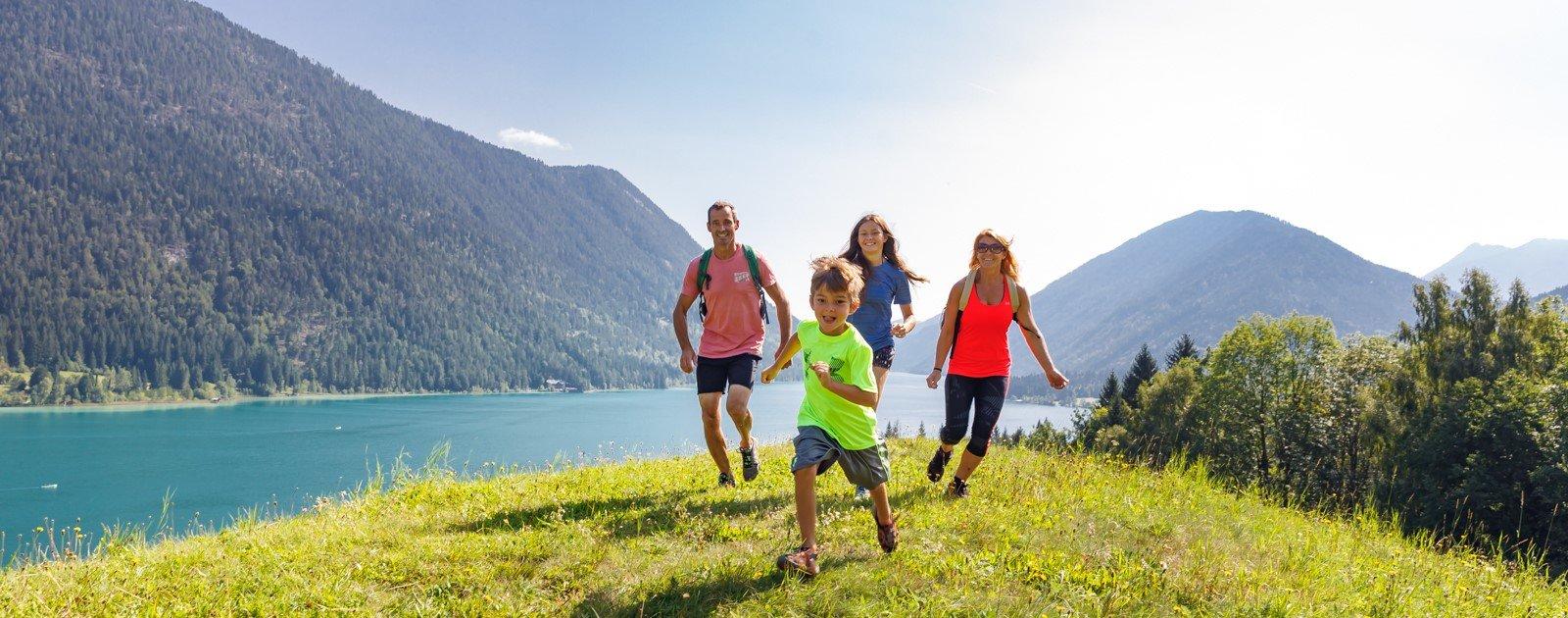 Familienwanderung am Weissensee in Kaernten