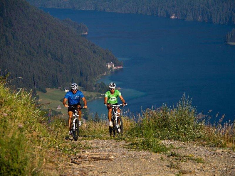 Mountainbiking mit Blick auf den Weissensee