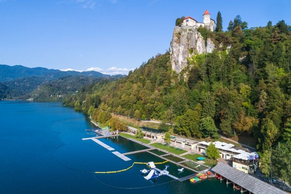 Bleder See mit Blick auf die Burg von Bled und Strandbad (c) Jost Gantar VELIKA