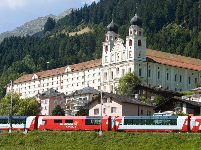 Glacier Express vor dem Kloster Disentis