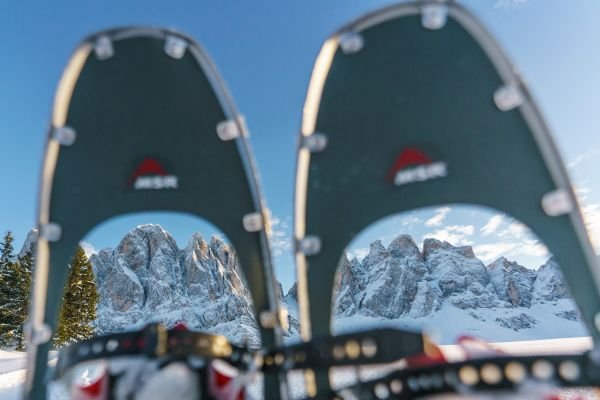 Schneeschuhe mit Bergpanorama (c) Dietmar Denger