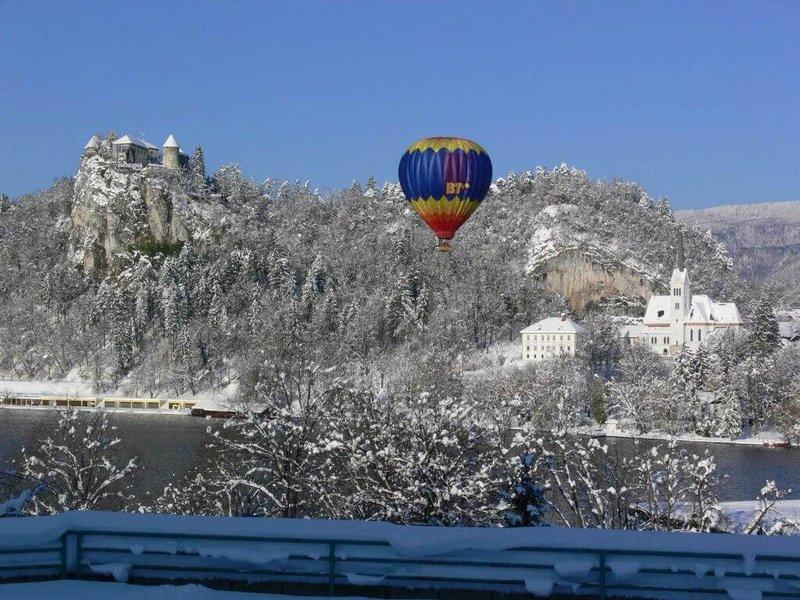 Heißluftballon im winterlichen Bled