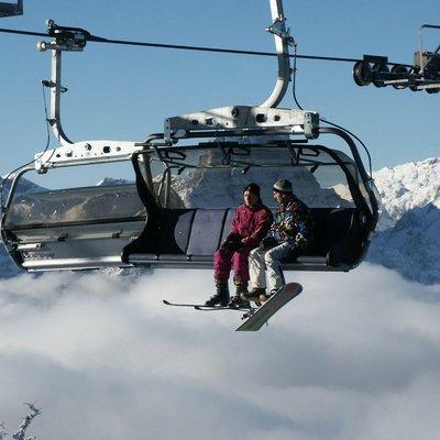 Wintersportler im Sessellift