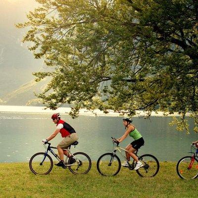 Radfahrer am See