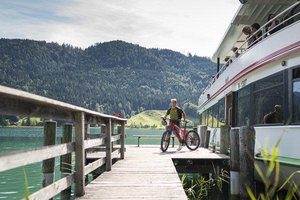 Fahrrad-Transport mit der Weissenseee Schiffahrt (c) Alpine Pearls/Dietmar Denger