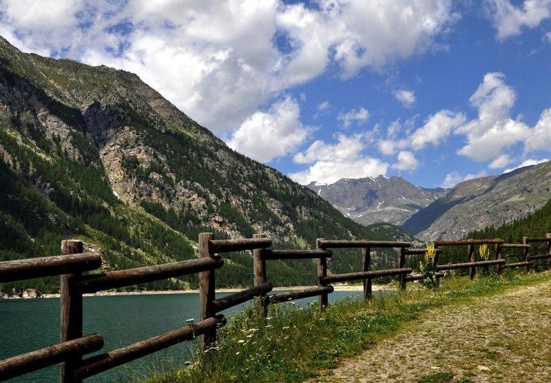 See umringt von Bergen