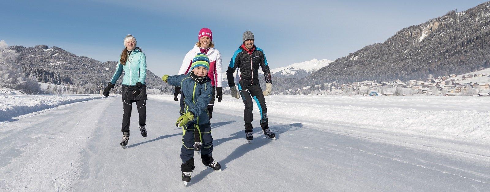 Familie beim Eislaufen am Weissensee
