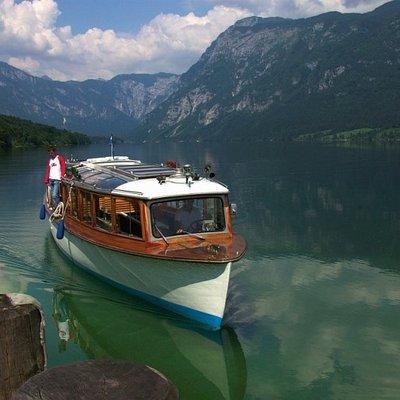 Boot mit Touristen auf dem Bohinjer See