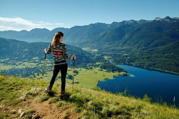 Wandern mit Blick auf den Bohinjer See, Slowenien (c) Turizem Bohinj