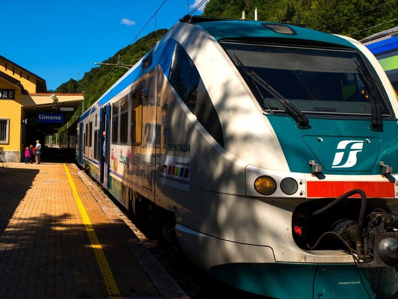 Zug im Bahnhof von Limone