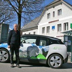 Bürgermeister Helmut Wallner mit Elektroauto (c) Katzenbeisser