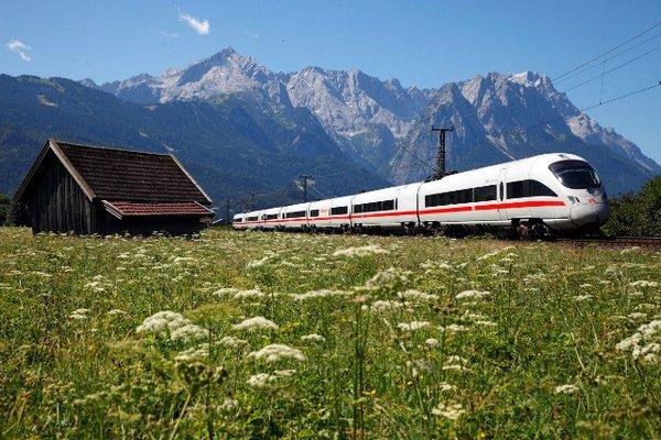 Bahn ICE in den Alpen