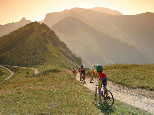 Mountainbiking mit Sonnenuntergang