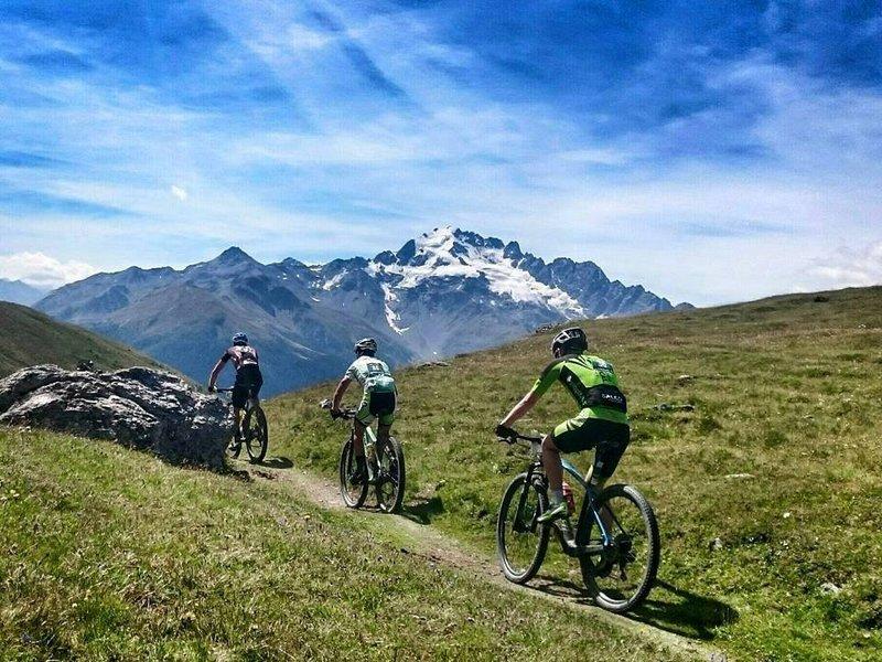 Mountainbiker an einer Steigung