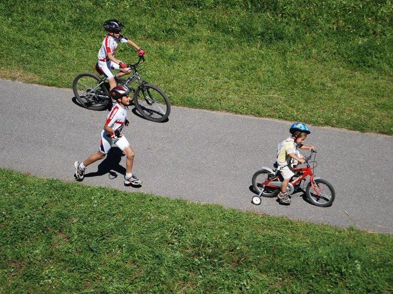 Kinder mit dem Fahrrad unterwegs