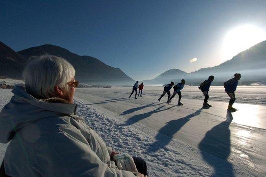 Eisläufer mit Zuschauern