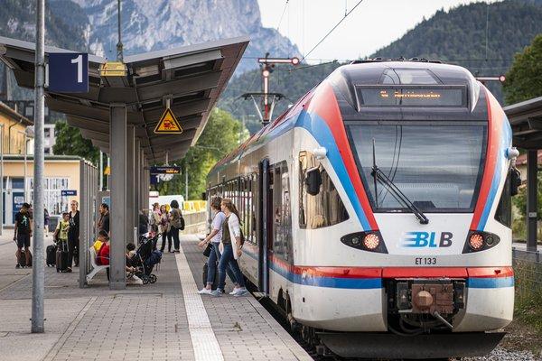 Entspannt mit der Bahn nach Bad Reichenhall (c) Alpine Pearls/Dietmar Denger