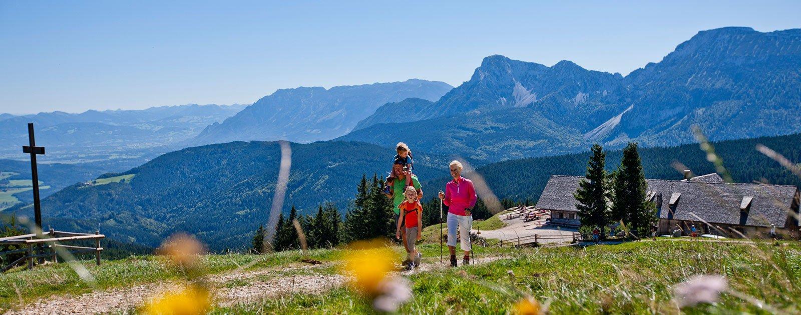 Familienwanderung mit Bergpanorama