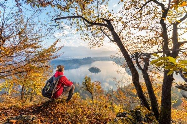 Wanderung mit Blick auf den Bleder See (c) Jost Gantar Velika