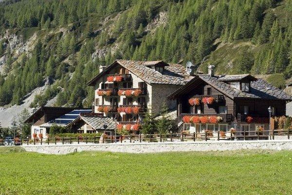 Petit Hotel im Sommer Cogne