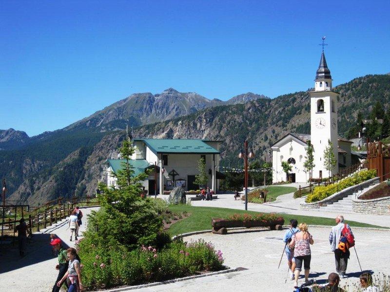 Dorfplatz im Sommer