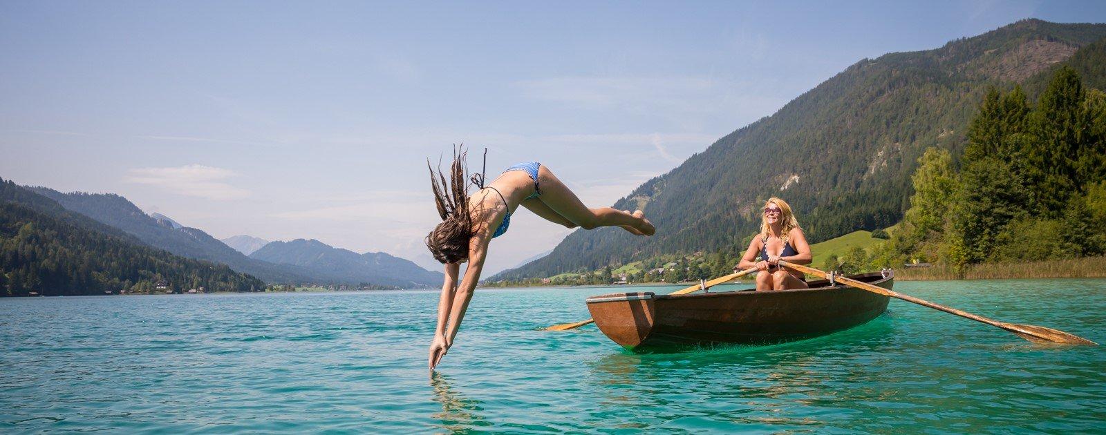 Sprung vom Ruderboot in den Weissensee