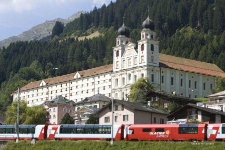 Die Bahn vor dem Kloster Disentis