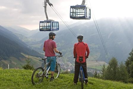 Radfahrer vor der Seilbahn in Disentis